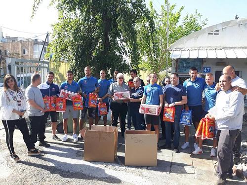 שחקני הקבוצה חילקו חבילות מזון לנזקקים בשיתוף עם וועד קרית חיים