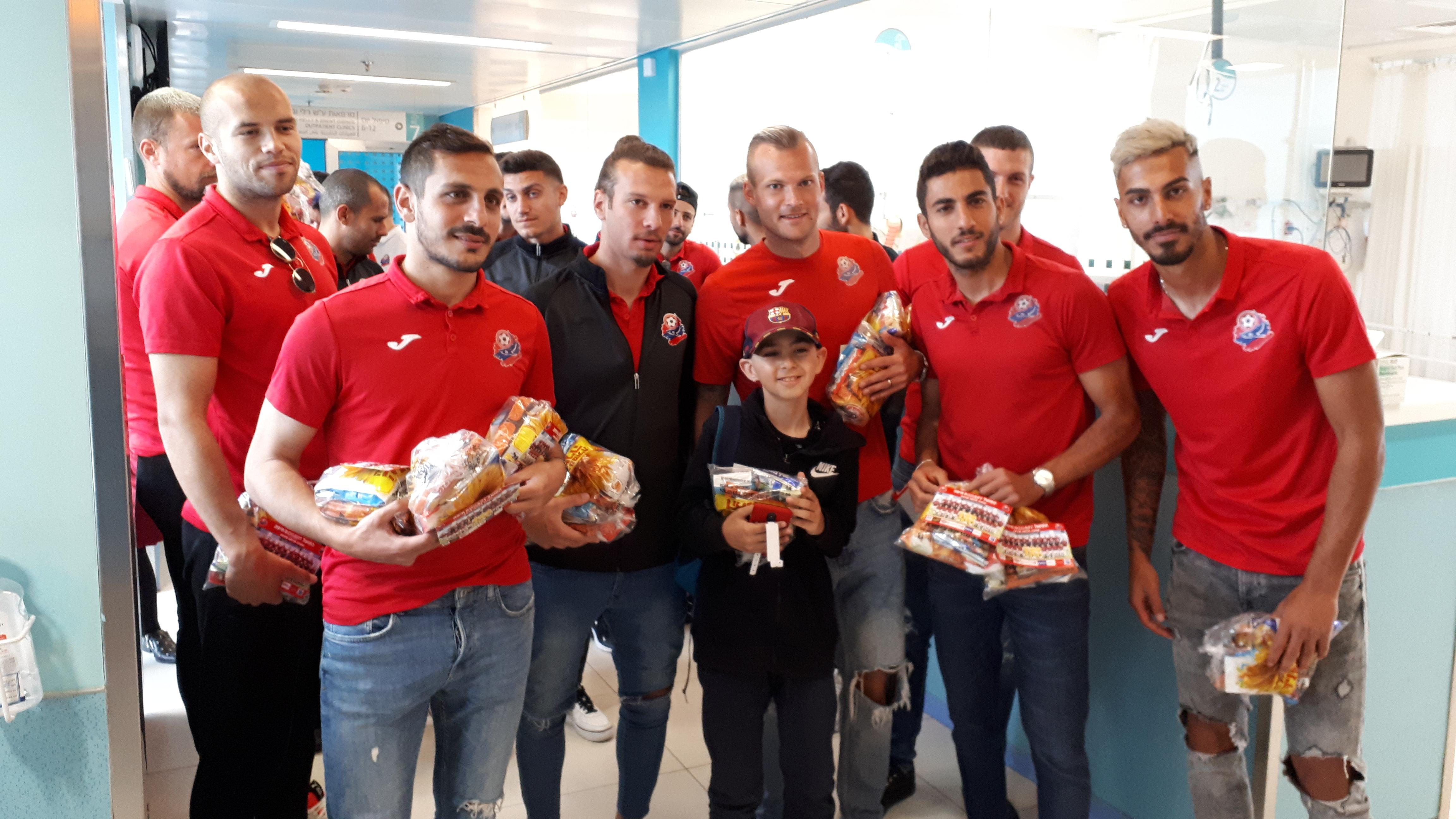 לכבוד הפורים: שחקני הקבוצה ביקרו ילדים בבית החולים רמב