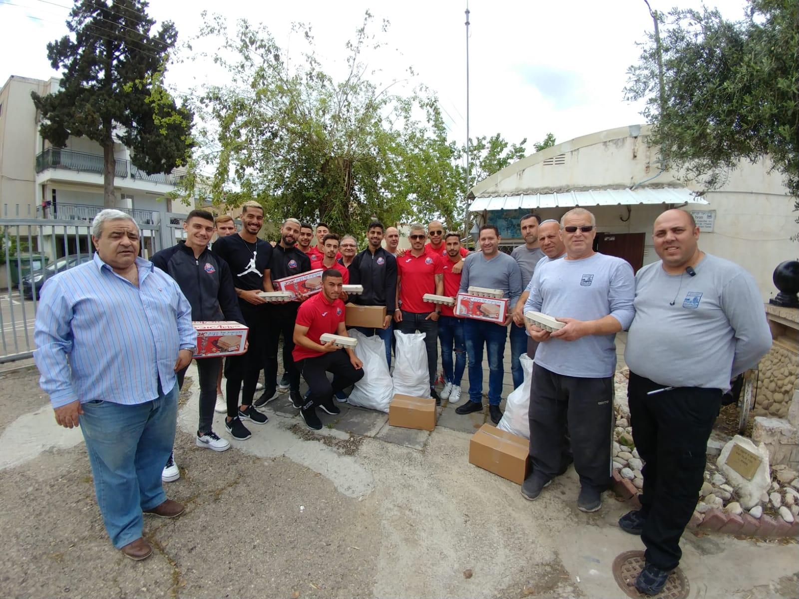 שחקני הקבוצה במבצע חלוקת מזון למשפחות נזקקות